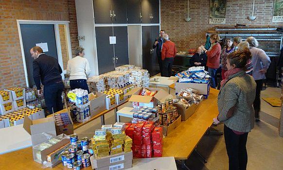 inpakwerk door vrijwilligers