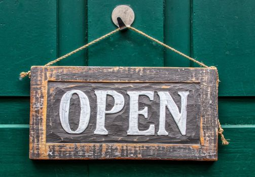 bordje open op deur